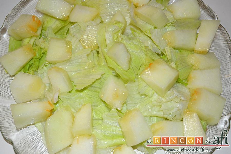 Ensalada de escarola, melón y bacon, hacer cama de escarola y poner encima los trozos de melón