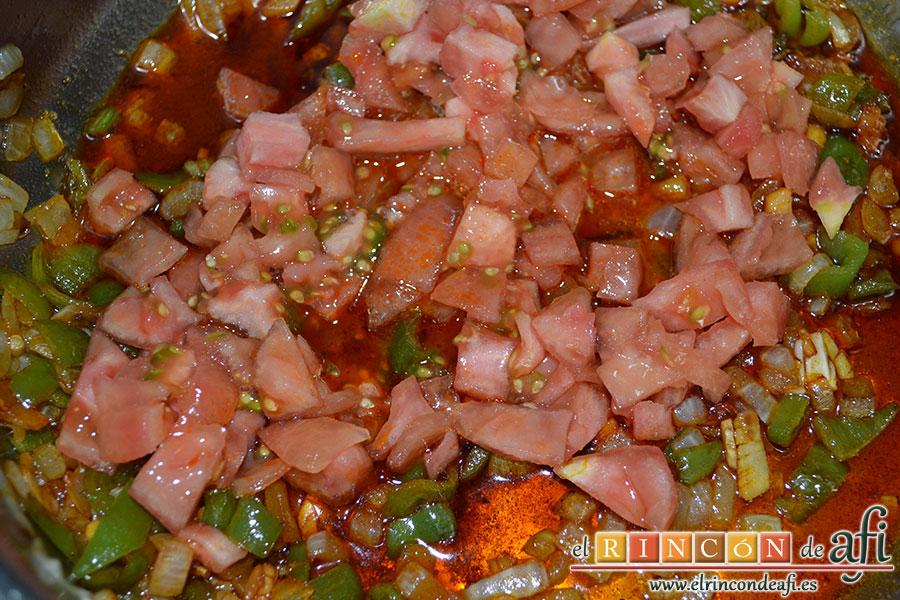 Fideos con almejas y gambones, añadir el tomate pelado y troceado