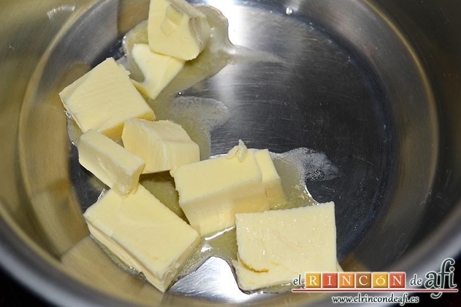 Irish champ, poner a derretir 30 gramos de mantequilla en un cazo