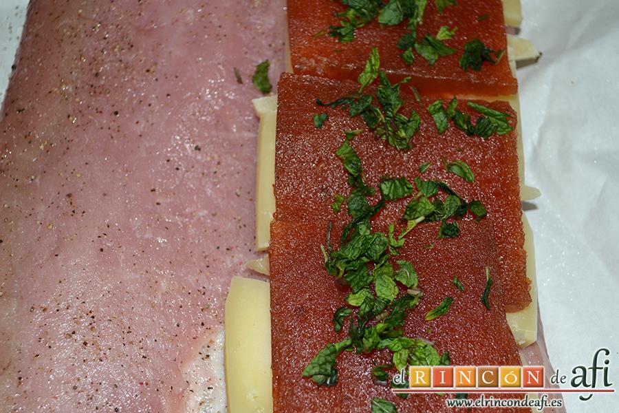 Lomo de cerdo al horno con queso manchego y membrillo, picar salvia fresca o hierbabuena y la ponemos sobre el membrillo
