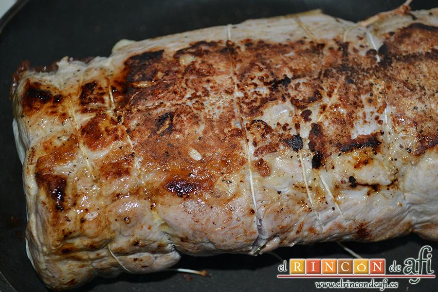 Lomo de cerdo al horno con queso manchego y membrillo, dorar en una sartén por todos lados