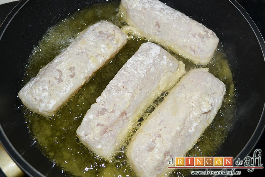 Lomos de merluza con salsa marinera, los doramos en una sartén con abundante aceite de oliva sin dejar que se pasen