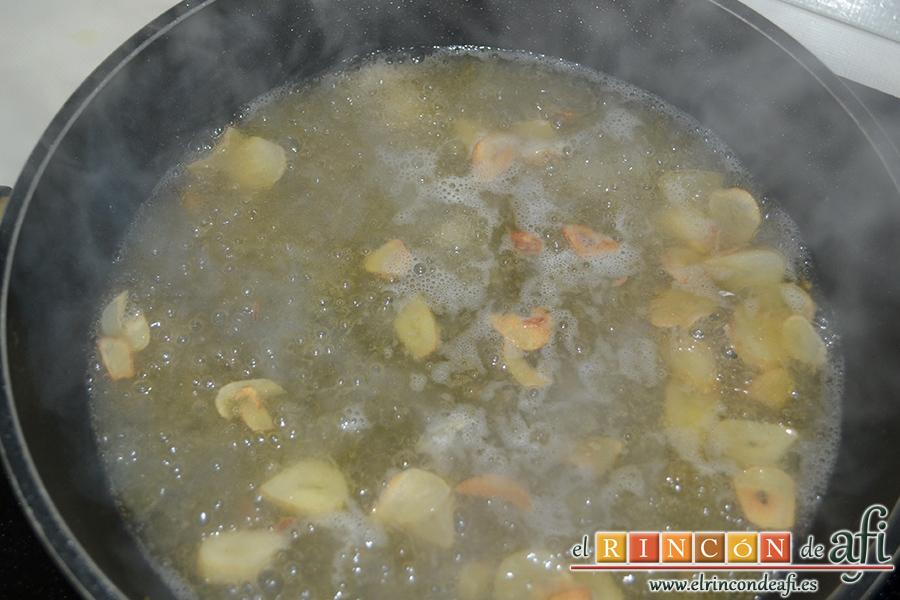 Lomos de merluza con salsa marinera, añadir el vino blanco
