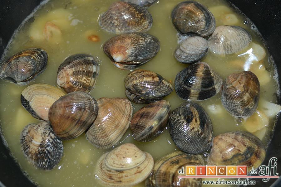 Lomos de merluza con salsa marinera, añadimos las almejas y tapamos para que se abran