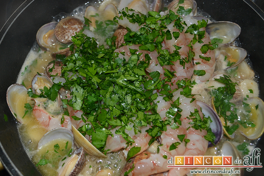 Lomos de merluza con salsa marinera, dejamos cocinar unos minutos y añadimos el perejil picado pequenito