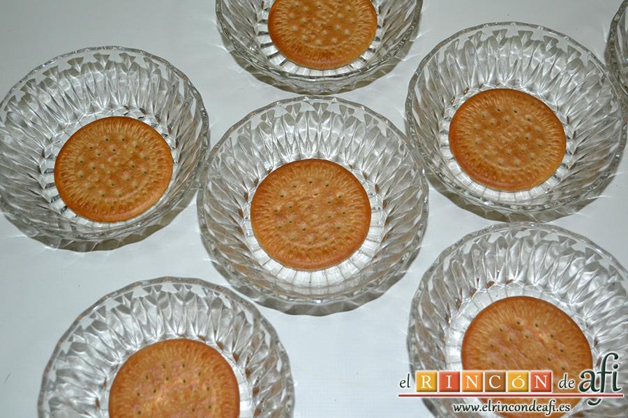Natillas de chocolate, preparamos los cuencos colocando una galleta María en el fondo