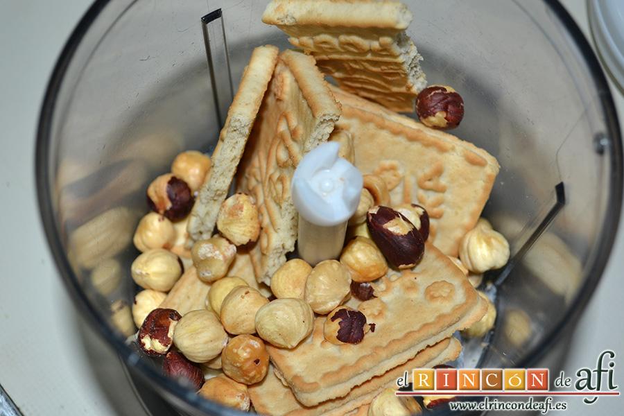 Natillas de chocolate, mientras en un vaso trituramos 4 galletas con las avellanas y las reservamos