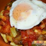 Pisto con papas y huevos fritos
