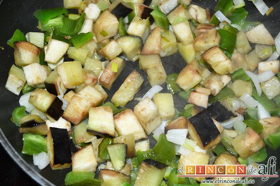 Pisto con papas y huevos fritos, añadir la berenjena troceada