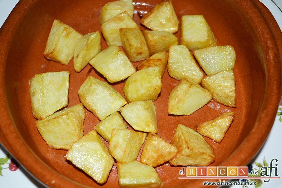 Pisto con papas y huevos fritos, freír las papas en cuadros y ponerlas en la base del plato