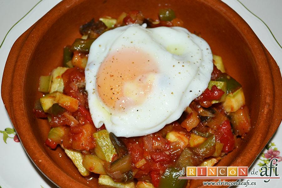 Pisto con papas y huevos fritos, sugerencia de presentación con un huevo frito por encima