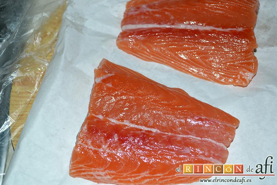Salmón al horno con sirope de arce y limón, decimos al pescadero que nos corte los filetes de salmón retirándoles la piel y las espinas