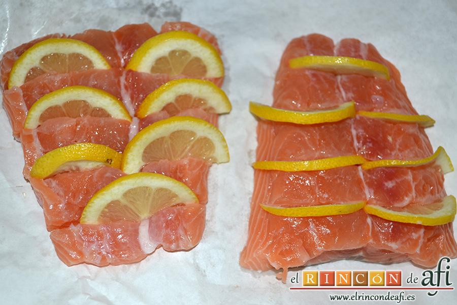 Salmón al horno con sirope de arce y limón, hacemos unos cortes, introducimos rodajas de limón y rociamos con el zumo de medio limón