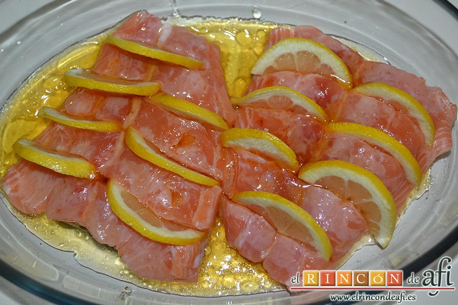 Salmón al horno con sirope de arce y limón, ponemos el salmón en una fuente de horno y rociamos con el aliño hecho con el sirope de arce