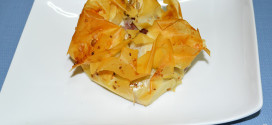 Pasteles de codillo, hierbas aromáticas y cebolla caramelizada, emplatado