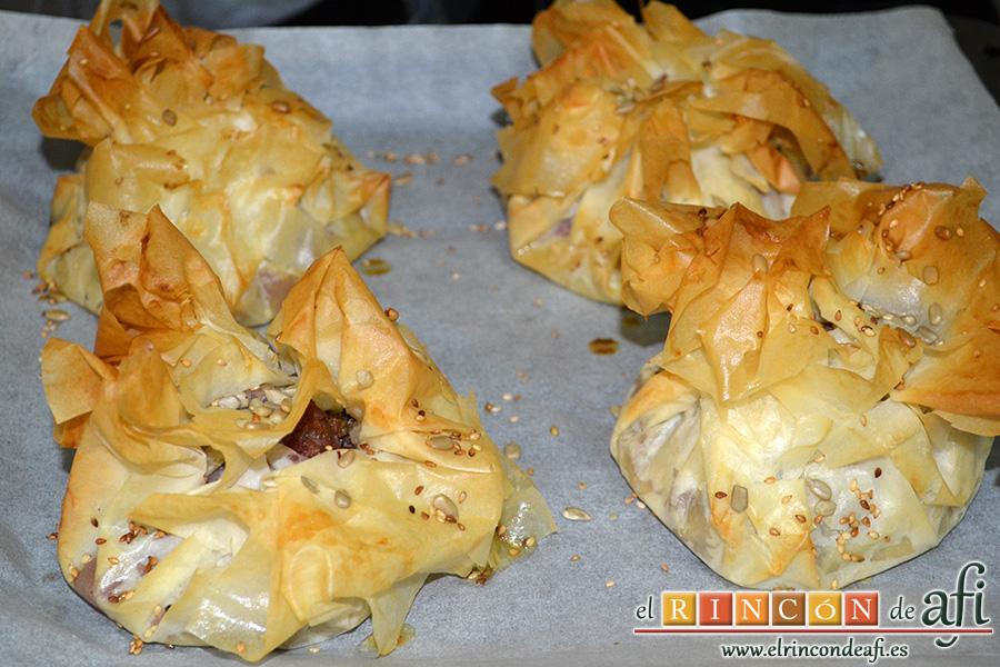 Pasteles de codillo, hierbas aromáticas y cebolla caramelizada, horneamos los codillos hasta que queden doraditos
