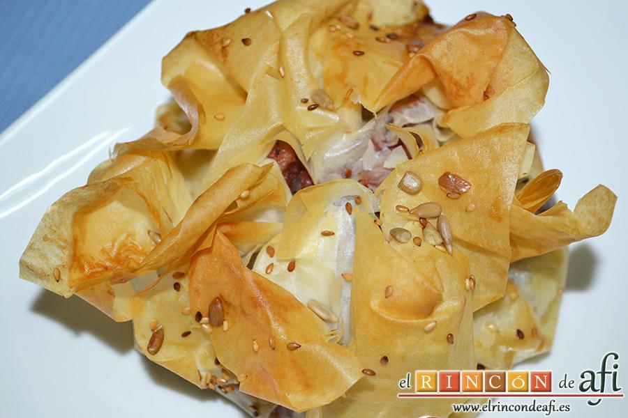 Pasteles de codillo, hierbas aromáticas y cebolla caramelizada, servimos, presentamos y listos para comer