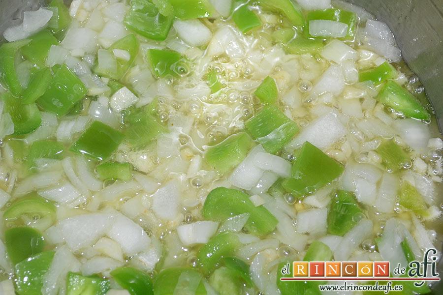Chocos en salsa, pochar en una olla exprés con un chorrito de aceite de oliva