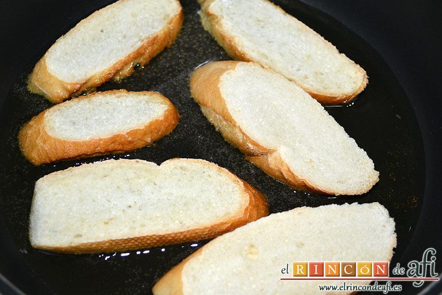 Crema de sopa de ajo, freír el pan en aceite de oliva