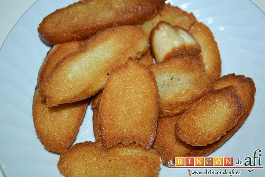 Crema de sopa de ajo, reservar el pan frito