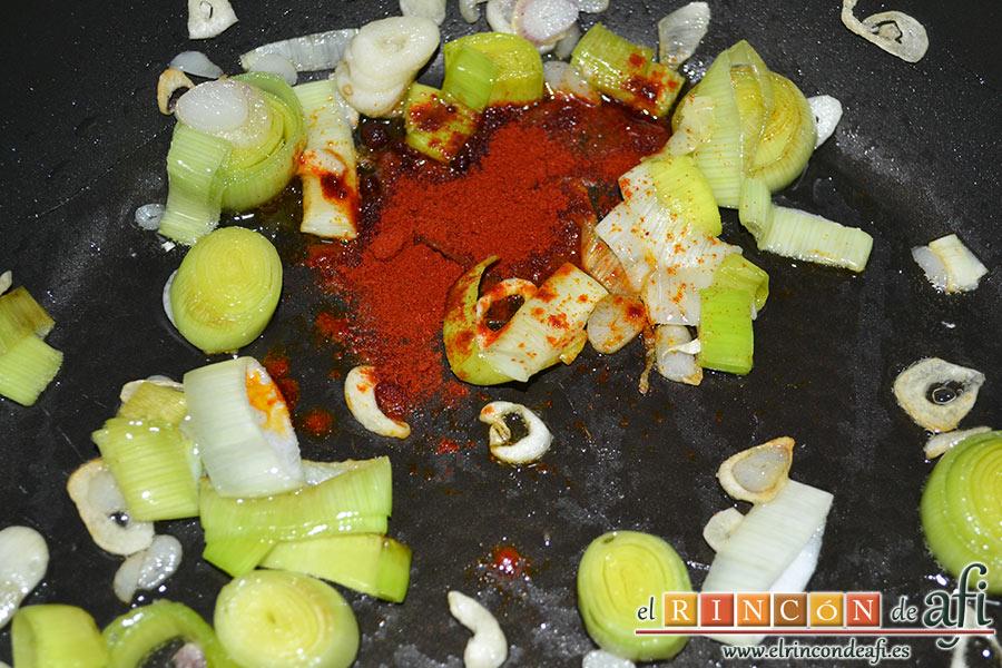 Crema de sopa de ajo, añadir el pimentón
