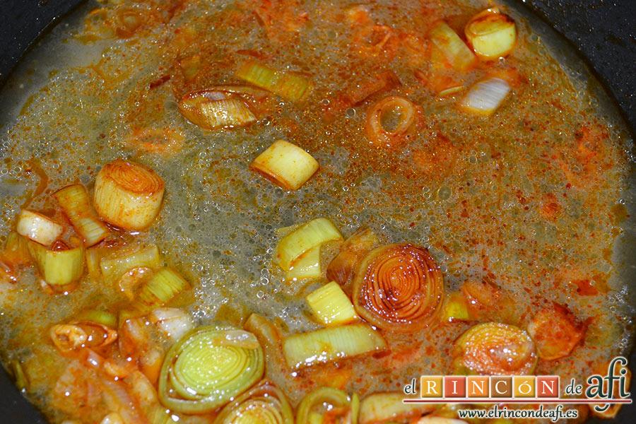 Crema de sopa de ajo, añadir el vaso de caldo de jamón