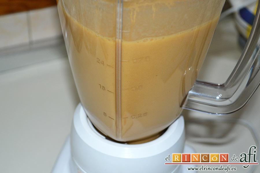 Crema de sopa de ajo, triturar en vaso americano