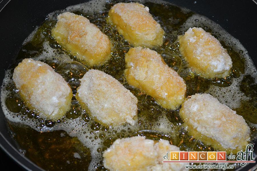 Croquetas de arroz y queso, freír en abundante aceite por ambos lados