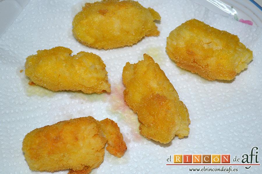 Croquetas de arroz y queso, retirar exceso de aceite en papel absorbente