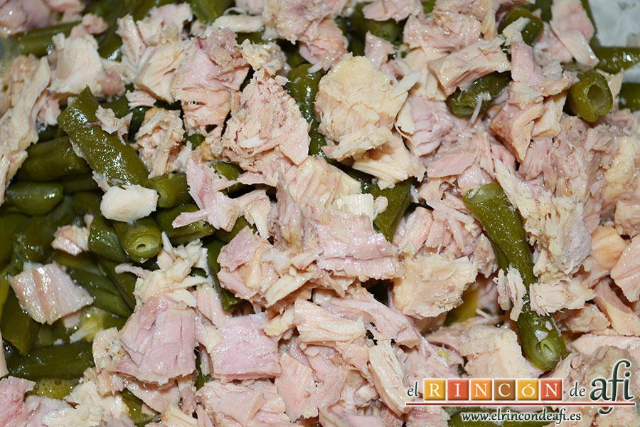 Tortilla con atún, añadimos las habichuelas y el atún desmenuzado y bien escurrido de aceite