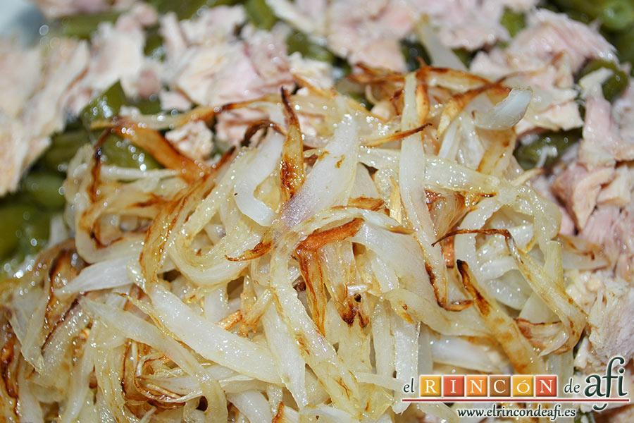 Tortilla con atún, añadir la cebolla pochada bien escurrida de aceite
