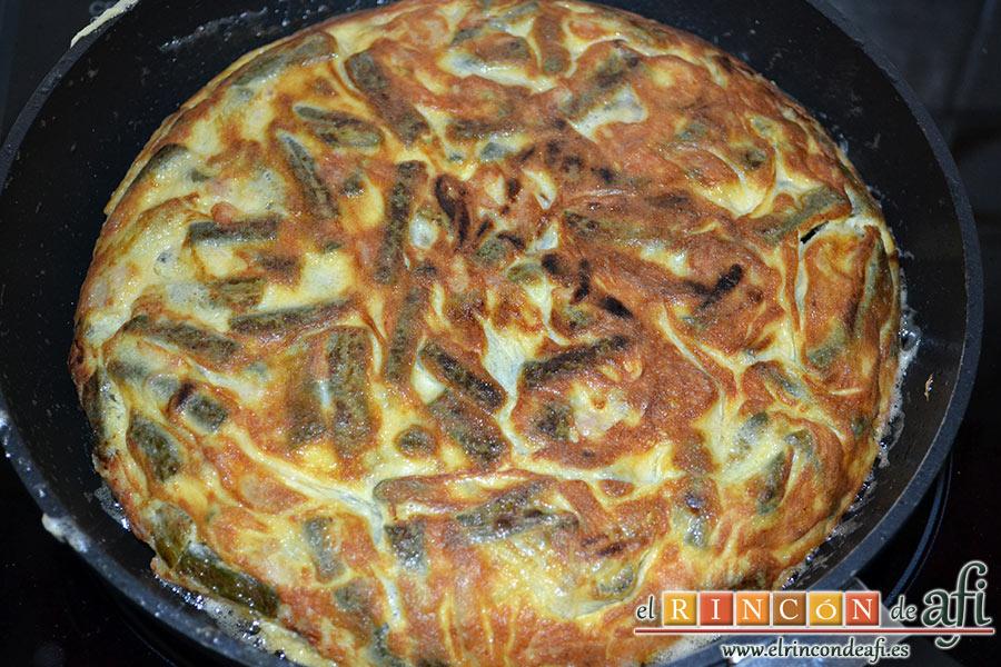 Tortilla con atún, verter la mezcla sobre una sartén para hacer la tortilla