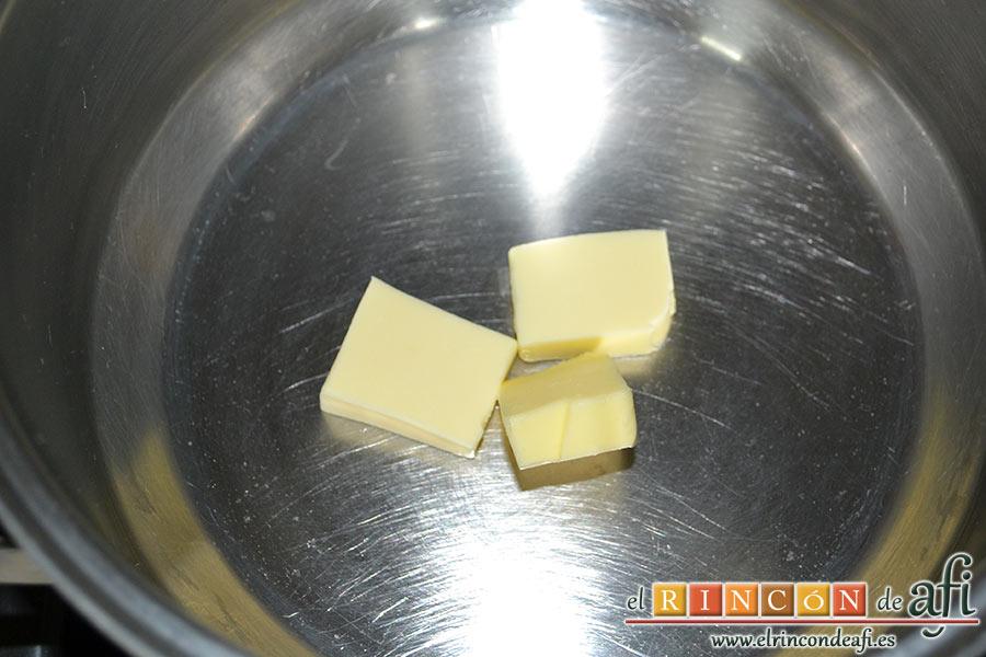Crema de peras a la mostaza antigua, poner la mantequilla a derretir en la cacerola