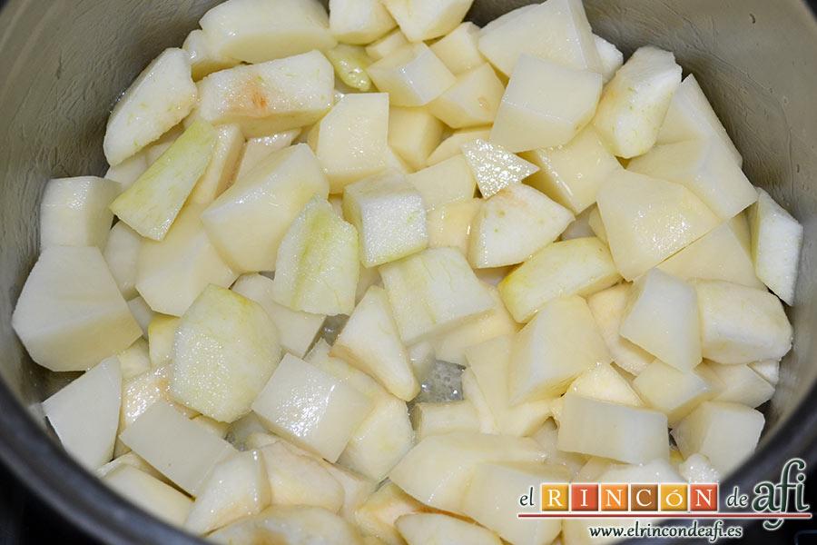 Crema de peras a la mostaza antigua, una vez derretida añadimos las peras y las papas