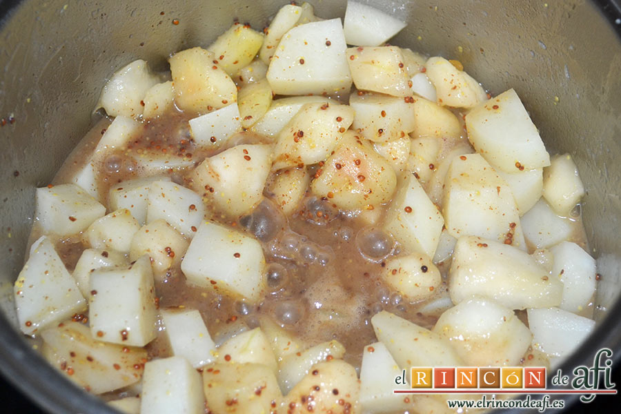 Crema de peras a la mostaza antigua, removemos todo y dejamos que cueza a fuego moderado 5 minutos