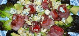 Ensalada de fresones crujientes, queso azul y aguacates