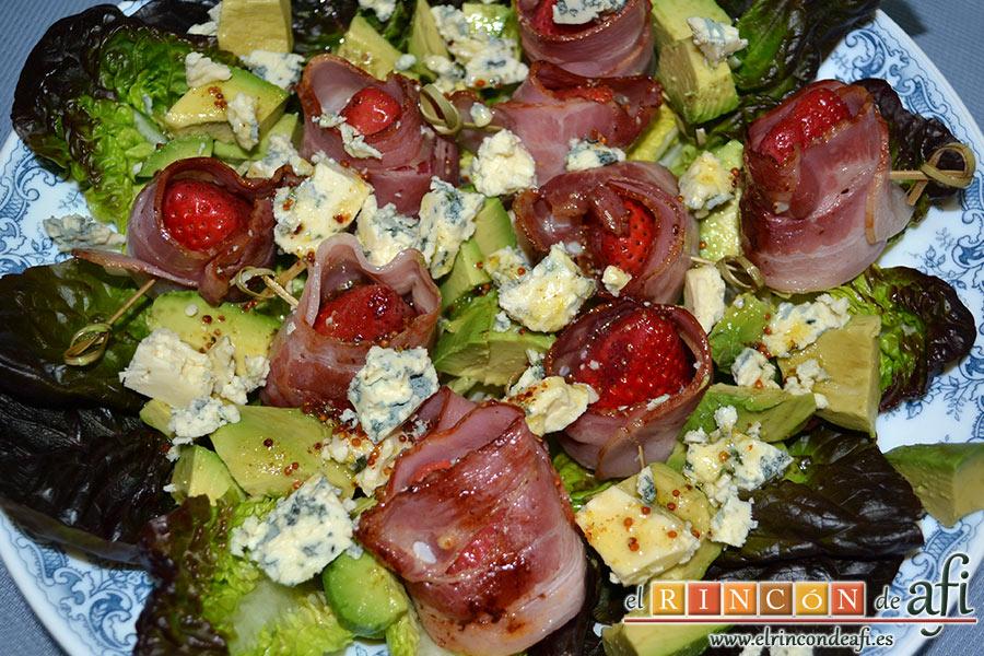 Ensalada de fresones crujientes, queso azul y aguacates, disponer los ingredientes sobre la lechuga