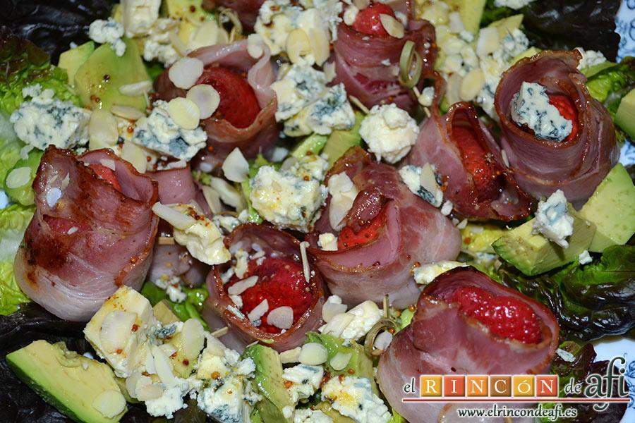 Ensalada de fresones crujientes, queso azul y aguacates, sugerencia de presentación