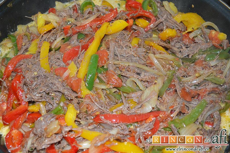 Frittata de morcillo y pimientos, cuando hayan cuajado ligeramente, volcamos la frittata