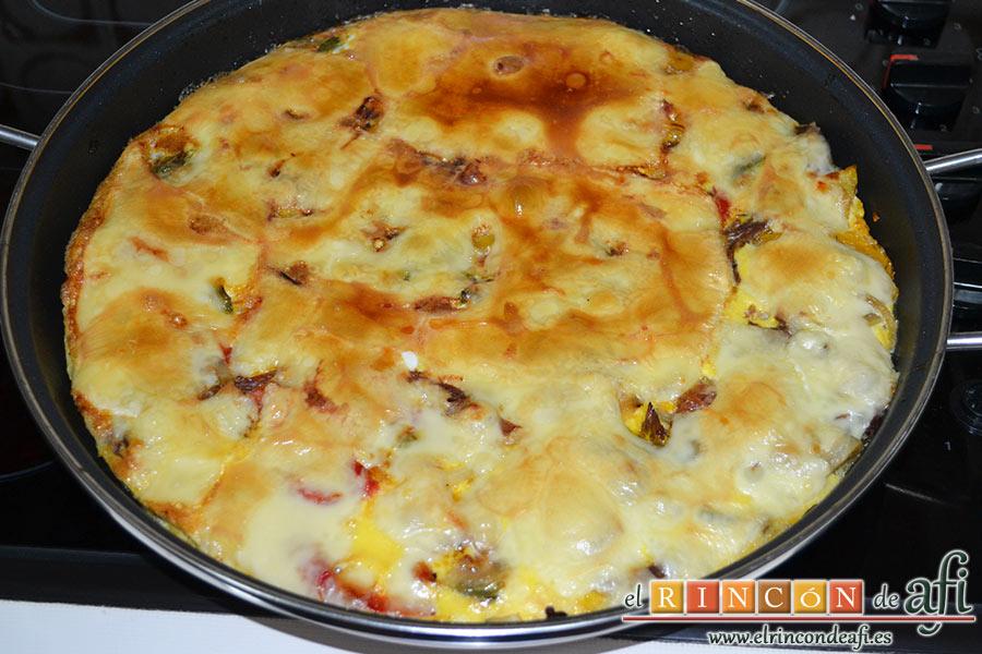 Frittata de morcillo y pimientos, batimos los otros 4 huevos y los volcamos sobre el queso, horneamos con el gratinador