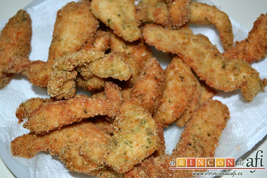 Pasta con pesto rojo y pechuga empanada, freímos el pollo en aceite bien caliente y ponemos sobre papel absorbente