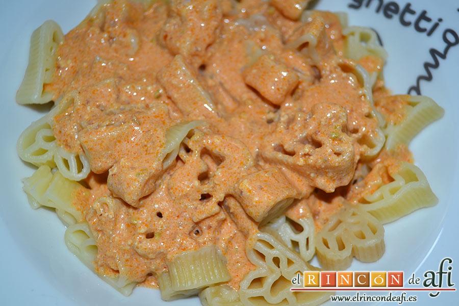 Pasta con pesto rojo y pechuga empanada, para servir ponemos la pasta con el pesto por encima y algunos trozos de pollo