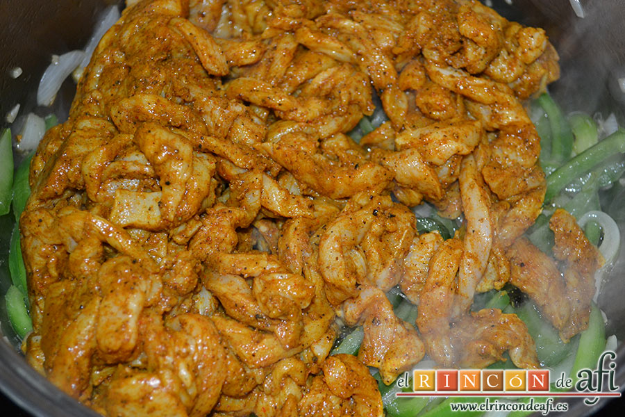 Pollo adobado al Ras-El-Hanout con setas, rehogamos y añadimos el pollo
