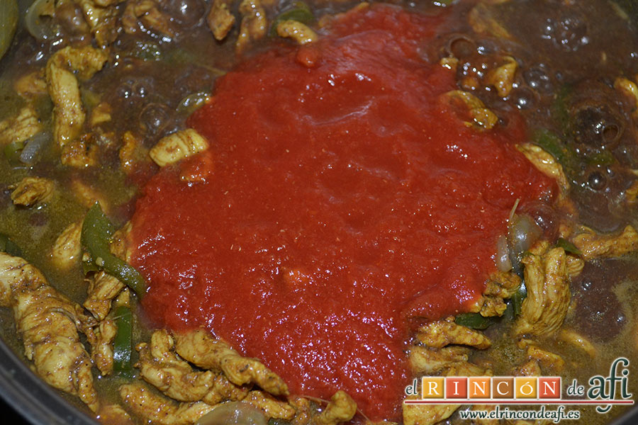 Pollo adobado al Ras-El-Hanout con setas, añadir el tomate triturado
