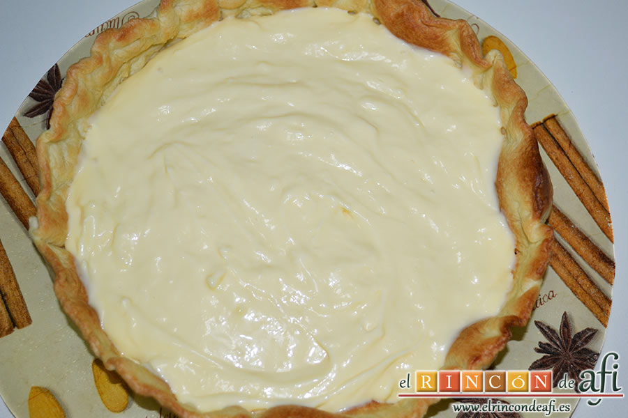 Tarta de fresones, volcar la crema pastelera sobre la base