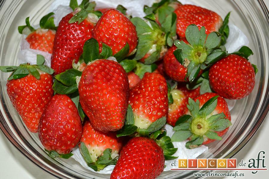 Tarta de fresones, lavar las fresas y escurrirlas