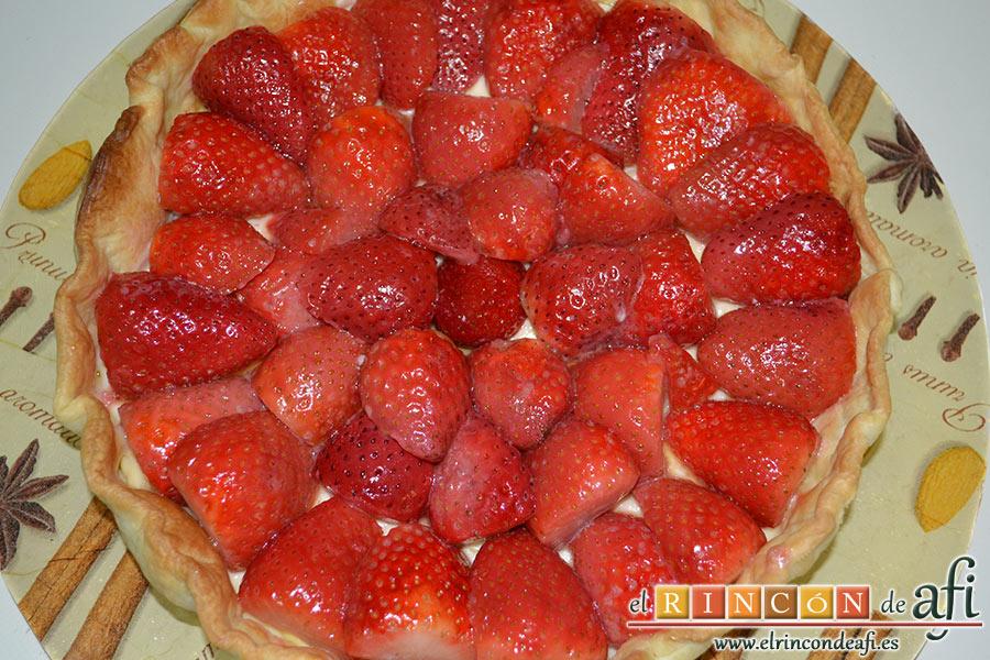 Tarta de fresones, una vez templadas las fresas, colocarlas sobre la crema pastelera