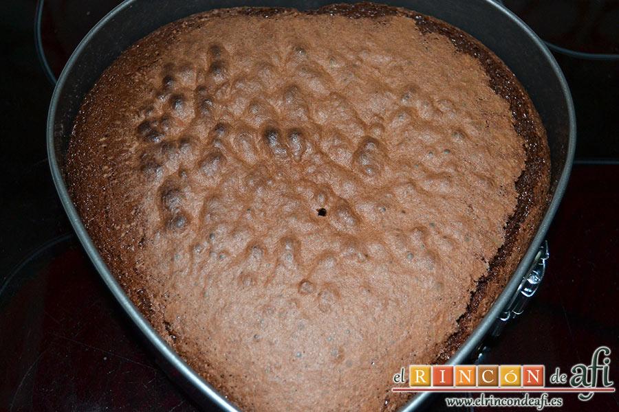 Tarta de San Valentín, horneamos y dejamos que se enfríe el bizcocho