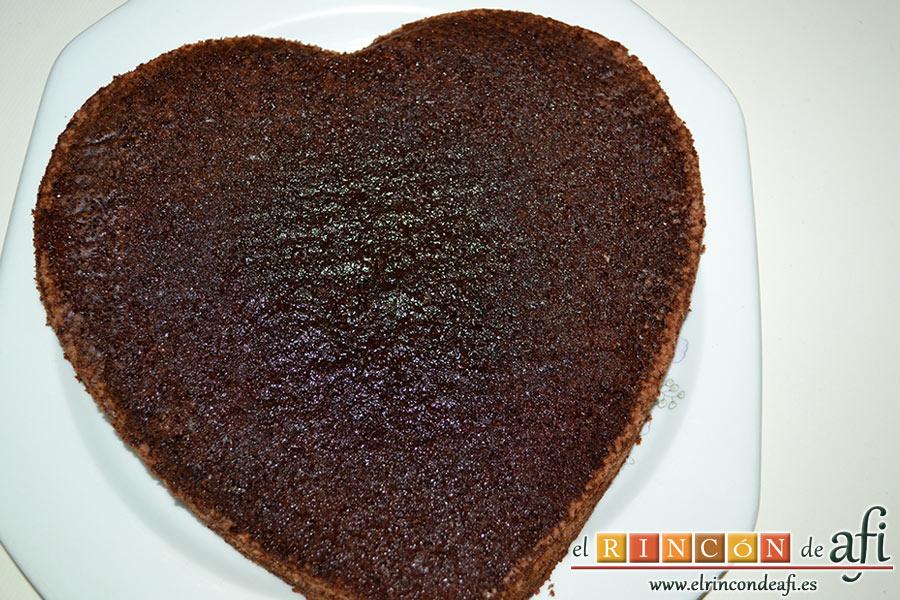 Tarta de San Valentín, le quitamos la parte curvada superior con un cuchillo, y lo partimos en dos con un cuchillo o lira de repostería