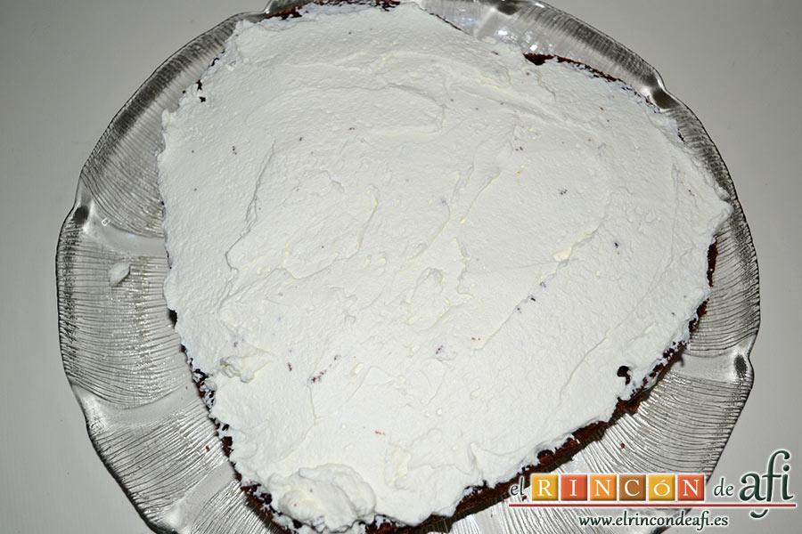 Tarta de San Valentín, untamos con la nata montada el centro del bizcocho